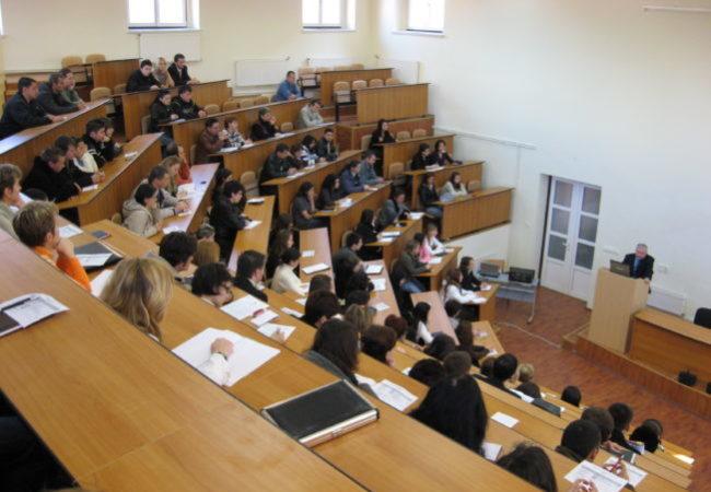 Studenti in aula durante una lezione
